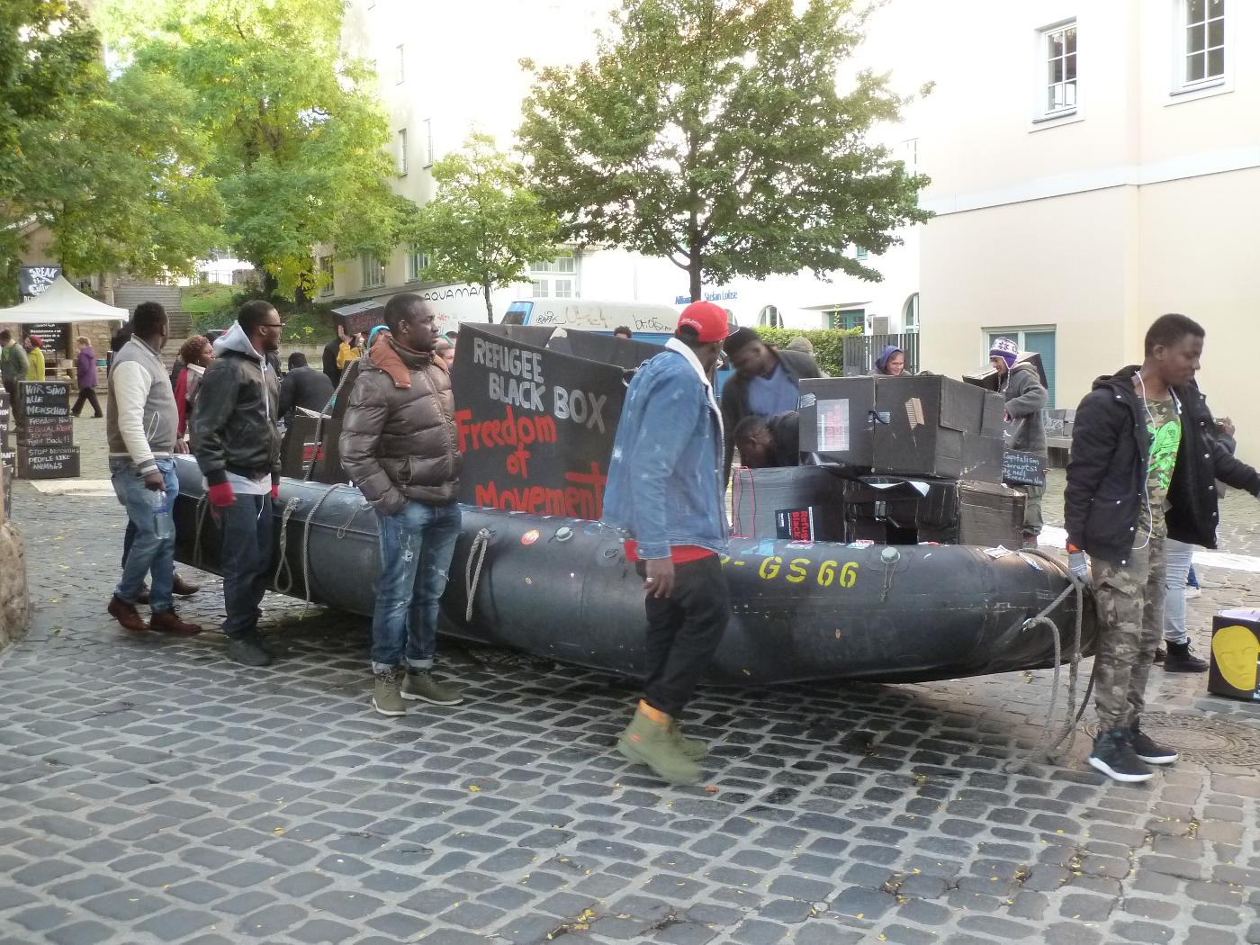 Das Schlauchboot als Symbol für den Kampf um die Bewegungsfreiheit und die Opfer der Festung Europa